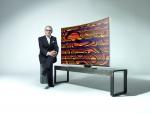 삼성전자가독일 베를린에서 열릴 국제가전박람회 IFA에서 세계적 디지털 아티스트 미구엘 슈발리에와 손 잡고 삼성 커브드 UHD TV를 이용한 디지털 아트 Origin of the Curve(커브의 기원)을 선보일 예정이다. 사진은 미구엘 슈발리에와 삼성 커브드 UHD TV