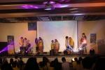 통합 예술교육을 통해 성장한 청소년들이 무대위에서 공연하는 모습이다.