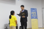 4개월간 5개 장르의 예술교육을 받은 별별작업실 청소년들이 수료증을 받고 있다. (사진제공: 문화예술사회공헌네트워크)