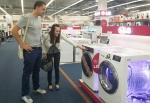 프랑스 파리 시내 전자매장을 찾은 고객들이 에너지효율, 디자인을 강화한 LG 드럼세탁기 신제품을 둘러보고 있다.