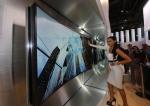 삼성전자는 IFA 2014에서 업계 최대 크기의 105형 벤더블 UHD TV를 비롯해 얼마 전 유럽에서 본격 판매를 시작한 105형 커브드 UHD TV 등 삼성전자가 보유하고 있는 커브드 UHD TV 라인업을 대거 공개한다. 사진은 지난 CES 2014에서 공개한 85형 벤더블 UHD TV.
