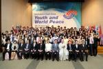 여성가족부와 한국청소년단체협의회가 개최하는 제25회 국제청소년포럼의 개막식이 8월 20일 국제청소년센터에서 열린 가운데 40개국 90명의 대학생, 청소년들이 기념촬영을 하고 있다.