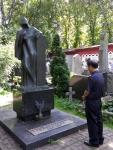 수우킨 연극대학의 창설자 박흐탄코프의 묘지에서 나상만 연출가 한국 분교의 설립과 연극 멍키열전의 성공적인 공연을 기원하고 있다.
