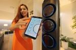 삼성전자 수원사업장에서 모델이 스마트폰과 에어콘에 적용된 삼성 스마트홈의 온도조절 기능을 시연해 보이고 있다.