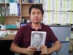 저자 정재헌 씨. 이용도 목사 평전 : 기독교의 재출발을 출판하고 책 앞에서 사진을 찍었다. 1930년대 예수님처럼 사랑으로 말씀으로 살다 예수님처럼 33살의 나이에 하늘나라로 간 이용도 목사의 신앙을 책 속에 담았다. 정씨는 청년 신학도이면서 영국에서 서울까지 혼자서 340일동안 자전거로 달려왔다. 젊은 날의 발견이 정씨의 여행기다.