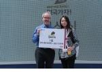 1등 수상자 김세린씨와 마틴 프라이어 주한영국문화원장