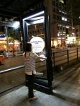 삼성 SDS가 삼성 PUSH PULL 도어록 제품을 알리기 위해, 소비자를 직접 찾아가는 이색 체험형 버스쉘터 옥외 광고를 선보였다