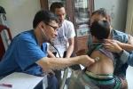건국대병원 소아청소년과 박용민 교수가 베트남에서 환아를 진찰하고 있다. 건국대병원은 지난 24일(일)~30일(토) 베트남 호치민 인근 동나이와 힙푹 지역 보건소와 초등학교를 찾아 의료 봉사를 펼쳤다.