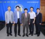 군산대학교 국어국문학과 공종규 교수가 나의균 총장으로부터 임명장을 수여받았다.