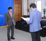 군산대학교 국어국문학과 공종구 교수가 나의균 총장으로부터 임명장을 수여받았다.