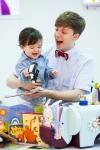 비정상회담의 줄리안이  베페의 핀덴베베 부스를 찾아 진짜 아빠처럼 능숙하게 아기를 안고 핀덴베베 제품을 체험하고 있다.