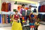 한복 차림의 그린조이 직원들이 그린조이 추석 선물 세트를 보이고 있다.