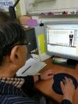 노인들이 편안한 노후를 보낼 수 있는 공간을 만드는 것이 꿈이 라는 이건호 씨가 온라인 수강을 하고 있다.