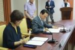 안양시청 이필운 시장(사진 우측)과 중앙사이버평생교육원 신은희 원장이 '무료학습지원을 위한 협약서'에 사인을 하고 있다.