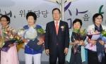 대한민국 문해의 달 선포식에 참석한 이규택 한국교직원공제회 이사장(사진 중앙)이 전국 성인문해교육 시화전에서 선정된 우수작품에 대한 시상을 마치고 수상자들과 함께 하고 있다.