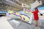 시티큐브 베를린 삼성전자 전시장에서 IFA걸이 세계적인 디지털아티스트 미구엘 슈발리에(Miguel Chevalier)의 작품 커브의 기원(Origin of the Curve) 을 선모이는 모습.