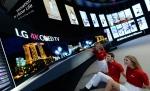 LG전자가 5일부터 10일까지 독일 베를린에서 열리는 IFA 2014 전시회에서 가변형 올레드 TV를 전시했다. LG전자 부스에서 모델들이 가변형 올레드 TV를 보고있다.
