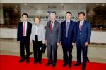 카터 전 대통령 내외를 영접하는 ZTE 사장  시리롱(Shi Lirong) , ZTE 수석 부사장 아담 증(Adam Zeng) 및 ZTE 미국법인 회장 쳉리신(Cheng Lixin)