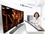 삼성전자가 세계 최초 TV 매칭 곡선형 오디오인 삼성 커브드 사운드바(HW-H7501)를 국내 시장에 선보인다. 삼성 커브드 사운드바는 삼성 커브드 TV의 곡률과 동일한 4200R로 디자인을 적용해 삼성 55형과 65형 커브드 UHD TV와 완벽한 조화를 이루는 제품으로, 15일부터 예약 판매를 시작한다.
