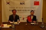 리치푸드 여영주 대표(좌)와 아미향 허즈윤 대표(우)가 계약서를 작성하고 있는 모습
