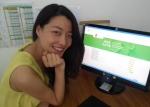 인터넷으로 치르는 중국어능력시험인 HSK iBT의 한 응시생이 문제를 푼 뒤에 밝게 웃고 있다.