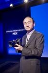 삼성전자 이미징사업팀장 한명섭 부사장이 최고 사양의 렌즈 교환형 미러리스 카메라 NX1을 소개하고 있다.