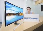 삼성전자가 17일 27형 커브드 모니터를 국내 시장에 출시한다. 사진은 삼성전자 모델이 삼성전자 디지털프라자 강남본점에서 SD590C를 선보이는 모습.
