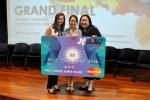 프로젝트 인스파이어 2014의 대상 팀 REACH의 대표 팜 티 응옥 마이(Pham Thi Ngoc Mai: 가운데)가 트리나 리앙-린(Trina Liang-Lin: 왼쪽) 유엔여성기구 싱가포르 위원회 대표와 조젯 탠(Georgette Tan: 오른쪽) 마스터카드 커뮤니케이션 그룹장으로부터 상금을 전달받고 있다.