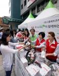 9월 18일 무교동 어린이재단 본부 앞 광장에서 진행된 테팔, 사랑나눔 바자회에서 팽경인 테팔 대표 및 직원들과 이충로 초록우산 어린이 재단 본부장이 제품을 판매하고 있다.