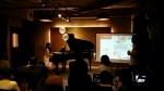 백다은 저자의 피아노 연주 모습이다.