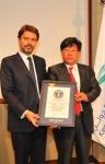 LG전자 사우디 법인장 안득수 상무(오른쪽), JC데코 CEO 데이비드 브루(왼쪽) 가 세계 최대 옥외광고 인증식을 가졌다.