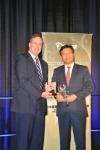 리씬 쳉(Lixin Cheng, chairman) 회장 겸 ZTE USA 사장이 '2014 국제 경쟁력 브랜드 - 중국 톱10' 업체에 선정되어 상을 수상하고 있다.