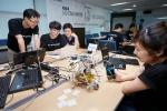 도전과 실험 정신을 주제로 개최된 LG CNS 해커톤에 참가한 튜토리얼팀이 전일 오전 9시부터 시작해 밤새 개발한 프로그램의 최종 테스트를 수행 중이다. 이 팀은 스마트폰의 이미지를 3D 형태로 출력하는 프로그램과 3D 프린터를 개발했다.