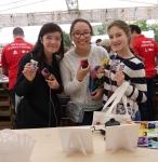 LG전자 부스를 찾은 관람객들이 제작 키트를 활용해 세탁기 폐기판을 재활용한 뮤직 박스를 제작하고 즐거워하고 있다.