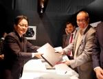 파나소닉 코퍼레이션(Panasonic Corporation)과 라이카 카메라(Leica Camera AG)는 양사의 업무 제휴를 연장했으며 디지털 카메라 부문에서 기술 협력을 확대, 강화하기로 했다고 오늘 발표했다. 파나소닉 사내 회사인 AVC 네트웍스 컴퍼니(AVC Networks Company)의 미야베 요시유키(Yoshiyuki Miyabe) 사장(사진 좌측)과 알프레드 쇼프(Alfred Schopf) 라이카 카메라 최고경영자(CEO)(사...