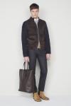 CH 캐롤리나 헤레라의 남성복 컬렉션에서는 환절기를 대비해 투웨이 스웨이드 블루종과 니트 등으로 구성한 비즈니스 캐주얼 스타일링을 제안한다.