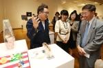 상명대 김영세 석좌교수(왼쪽)의 작품설명을 듣는 상명대 구기헌 총장(오른쪽)