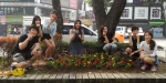 건국대 학생들이 지난 27일 오전 서울 광진구 능동로 지하철 건대입구역 인근 도로변 자투리 땅에 꽃을 심고 있다.