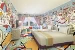'키티타운'(KITTY TOWN) 룸은 유쾌한 팝아트 분위기로 꾸며졌다. 이 룸은 세계적 수퍼스타인 헬로키티가 친구 및 가족과 놀이공원에서 즐거운 시간을 보내고 쇼핑을 즐긴다는 테마를 담고 있다. (C) 1976, 2014 SANRIO CO., LTD. APPROVAL No. SP550961