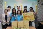 '원할머니보쌈.족발' 메인모델 먹방여신 김성은 박수진이 인천아시안경기를 기념하여 보쌈 배달 이벤트를 실시, 기념촬영을 하고 있다.