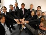 슈테거 사장(좌측에서 다섯번째)과 각각 파나소닉 일렉트릭 웍스, 파나소닉 오토모티브 세일즈 유럽 및 체코 생산, 그리고 산요 컴포넌츠 유럽으로 독립되어 있던 회사를 모체로 새로 설립된 회사의 주요 경영진
