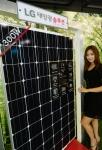 LG전자가 태양광 모듈 신제품인 '모노 엑스 네온(Mono X NeON)'을 국내에 출시했다. '모노 엑스 네온'은 N타입 웨이퍼를 사용, 기존 P타입 제품 대비 고효율, 고출력을 구현한 프리미엄 모듈 제품이다. 국내 최초로 N타입 웨이퍼 기반의 고효율 셀 기술과 고출력 태양광 모듈 기술이 적용되어 60셀 모듈 기준 18.3%의 최고 효율과 300W의 국내 최고 출력을 달성했다.