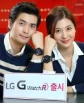 여의도 LG트윈타워에서 모델들이 LG G워치R을 손목에 착용하고 포즈를 취하고 있다.