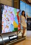 LG전자가 98형 울트라HD TV를 국내 시장에 출시한다. LG 베스트샵 강남본점에서 모델이 제품과 함께 포즈를 취하고 있다.