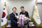 김석기 한국공항공사 사장이 7일 취임 1주년을 맞아 나종엽 한국공항공사 노조위원장에게 축하의 꽃다발을 선물 받고 환하게 웃고 있다.