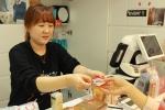 토니모리 백만장자 팩 출시 기념 스크래치 카드 이벤트가 행사 첫날부터 고객들 사이에서 큰 호응을 얻고 있다.
