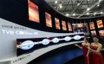 모델들이 LG전자 77형 울트라 올레드 TV를 소개하고 있다.