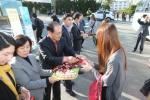 동명대 설동근 총장과 안수근 부총장 등 교직원 50여명이 아침일찍부터 학생들에게 정문 입구에서 빵 등을 직접 전달하며 학업을 격려하는 달콤한 정데이 행사를 가졌다.
