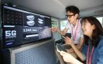 삼성전자가 15일 시속 100㎞ 이상으로 달리는 차 안에서 5세대(5G) 이동통신 기술을 시연하는데 성공, '초고속 모바일인터넷 시대'의 개막을 예고했다. 삼성전자 연구원들이 초고속 5G 이동통신을 시연하고 있다.