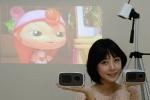 LG전자가 블루투스 기능을 탑재한 초경량 미니빔 TV를 출시한다. 모델이 초경량 미니빔TV로 영상을 즐기고 있다.